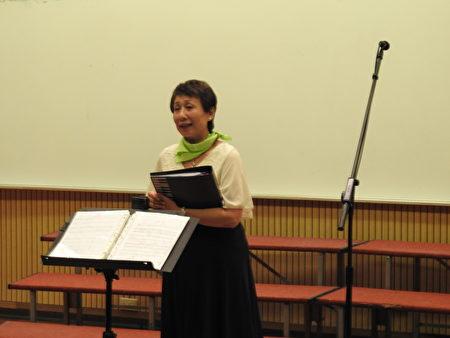 """在""""平安喜乐合唱音乐会""""中,台湾路得关怀发展协会秘书长杨萌智代表主办单位致词表示,藉举办这场音乐会来庆祝圣诞节,也希望能给大家带来喜乐平安。(蔡上海/大纪元)"""
