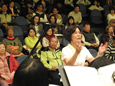 """在""""平安喜乐合唱音乐会""""中,团长萧丽华指挥的神情。(蔡上海/大纪元)"""