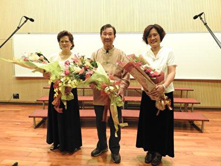 """在""""平安喜乐合唱音乐会""""中,旅奥音乐家谢英杰老师(中)、团长萧丽华(右)和葛瑞珠女士(左)接受观众献花后合影。(蔡上海/大纪元)"""