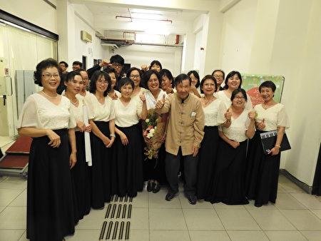 """旅奥音乐家谢英杰老师(前排右4)在""""平安喜乐合唱音乐会""""后,与台湾路得关怀发展协会秘书长杨萌智(前排右1)、团长萧丽华(前排右5)和所有团员合影。(蔡上海/大纪元)"""