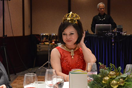 圖:世華女企協會長游慈心是聖誕晚會當仁不讓的女皇。(邱晨/大紀元)