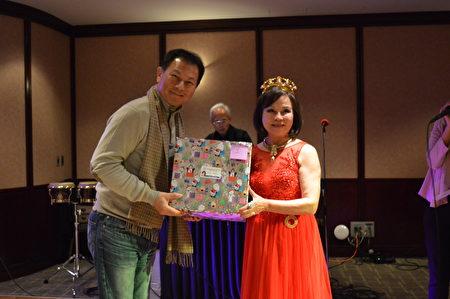 圖:世華女企協會長游慈心給獲獎者頒獎。(邱晨/大紀元)