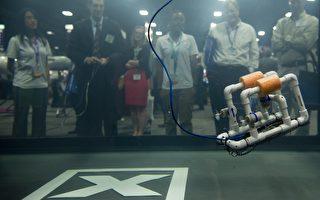2013年8月,華盛頓會議中心,人們在觀看一個水下無人航行器。(SAUL LOEB/AFP/Getty Images)
