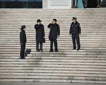 聶樹斌家人的律師陳光武和李樹亭在2014年12月22日離開濟南法院。( FRED DUFOUR/AFP/Getty Images)