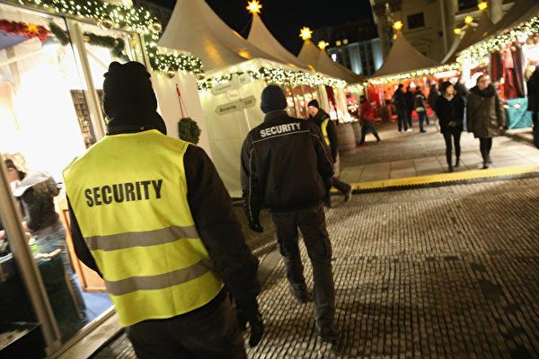 保安人員在柏林的一處聖誕市場巡邏。(Sean Gallup/Getty Images)