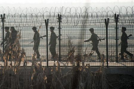 近期,特朗普當選美國總統;南韓總統朴槿惠醜聞纏身,面臨下台壓力。美韓政局正值混沌之極,《華爾街日報》發文警告,北韓政權可能認為有機可乘,誤判局勢作出錯誤決定,從而引發重大衝突。圖為北韓士兵在中朝邊境巡邏。(JOHANNES EISELE/AFP/Getty Images)