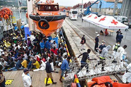 根據國際移民組織11月18日發布的最新數據,2016年至少有4,636名難民葬身地中海,比去年同期增加1,000多人;成功抵達歐洲的數量將近34.36萬人。(ANDREAS SOLARO/AFP/Getty Images)