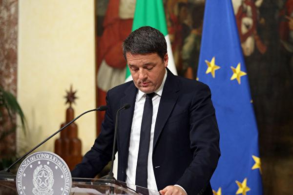周一下午,倫齊向意大利總統馬塔雷拉(Sergio Mattarella)提交辭呈時,馬塔雷拉要求他延後辭職,以監督通過2017年預算。(Franco Origlia/Getty Images)