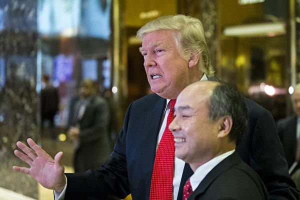 12月6日美國紐約特朗普大廈,美國當選總統特朗普(左)與日本軟銀集團CEO孫正義在大堂接受記者採訪。(EDUARDO MUNOZ ALVAREZ/AFP/Getty Images)