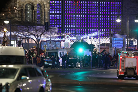 在德國柏林市中心,一輛卡車衝進一個聖誕市場,至少50人受傷,9人死亡。(Sean Gallup/Getty Images)