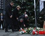 (从左到右)柏林市长穆勒、德国总理默克尔、德国内政部长德梅齐埃、德国外交部长施泰因迈尔和柏林内政部长盖泽尔于12月20日为柏林圣诞广告卡车恐袭中的死难者献花。 (Sean Gallup/Getty Images)