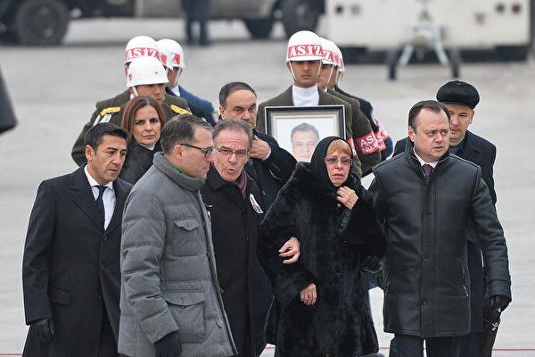 卡羅夫的遺體被運上飛機。圖為他的妻子(中)和其他護送人員。(Erhan Ortac/Getty Images)