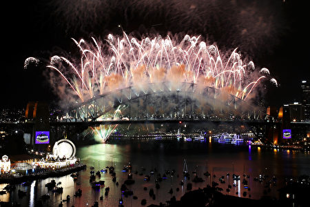 SYDNEY, AUSTRALIA - JANUARY 01: Fireworks explode off the Sydney Harbour Bridge on New Year's Eve on January 1, 2017 in Sydney, Australia. (Photo by Cameron Spencer/Getty Images)