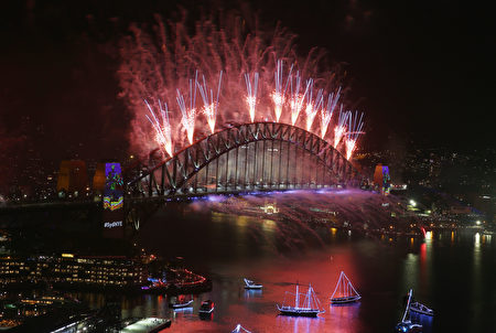SYDNEY, AUSTRALIA - JANUARY 01: Midnight fireworks are seen on New Year's Eve on Sydney Harbour on January 1, 2017 in Sydney, Australia. (Photo by Don Arnold/Getty Images)