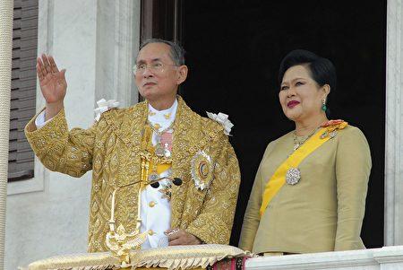 BANGKOK, THAILAND - JUNE 9: Thailand's 泰王蒲美蓬及其夫人。(Pool-Getty images)