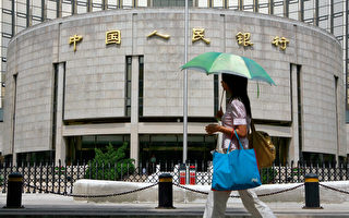 中共央行周五(12月16日)向金融機構發放數千億元人民幣緊急貸款,並命令一些大銀行放貸,以舒緩流動性緊縮和債務拋售。(TEH ENG KOON/AFP/Getty Images)