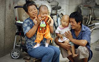 """学者们常常谈论中国有3千万到6千万""""失踪女孩""""。一般认为,由于中国人重男轻女的思想和中共几十年来的强制性一胎化政策,这些女孩被扼杀在腹中或出生后被杀死。(PETER PARKS/AFP/Getty Images)"""