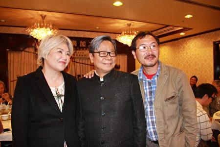 黃毓民與關心香港民主發展的南加民眾合影。(徐綉惠/大紀元)