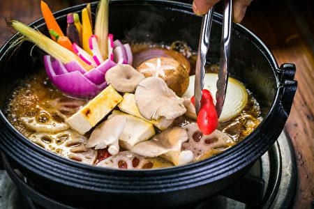 食材丰富的寿喜锅(Bill Xie/大纪元)