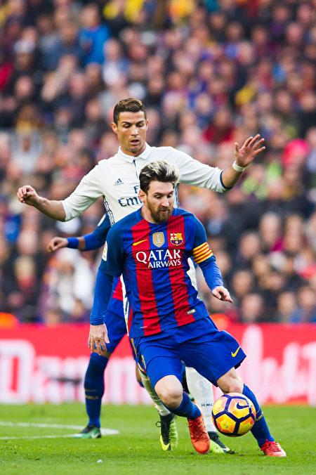 国家德比不再是梅西(前)同C罗的对决,这对球迷来说,也不是一件坏事。 (Alex Caparros/Getty Images)
