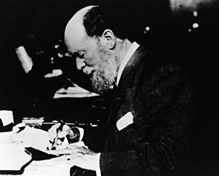 Peter Carl Faberge 1900年在工作桌旁, Tatiana Fabergé提供