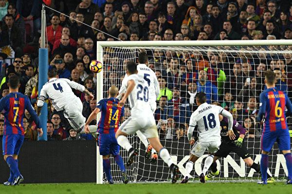 西班牙国家德比 巴萨同皇马1-1握手言和