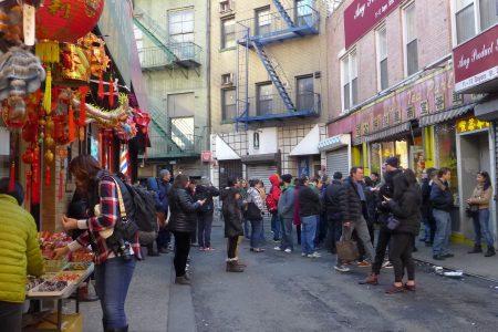 华埠最老的点心店南华餐厅前,人气爆满,从中午到晚上,都有数十人挤满了门外的人行道,等候叫号入场。