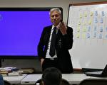 图:著名记忆大师戴维思(Davis)正在讲演。(明慧学校提供)