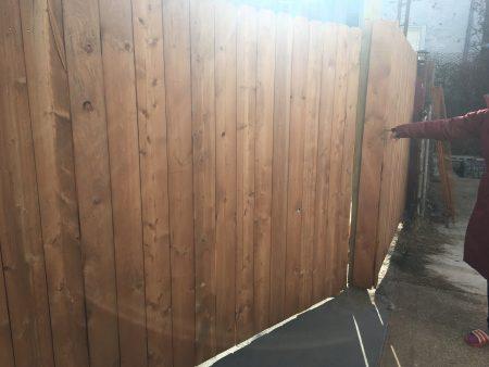 鄰居家保證要拆台階。回家後不僅沒拆,又在後院加蓋了牆。