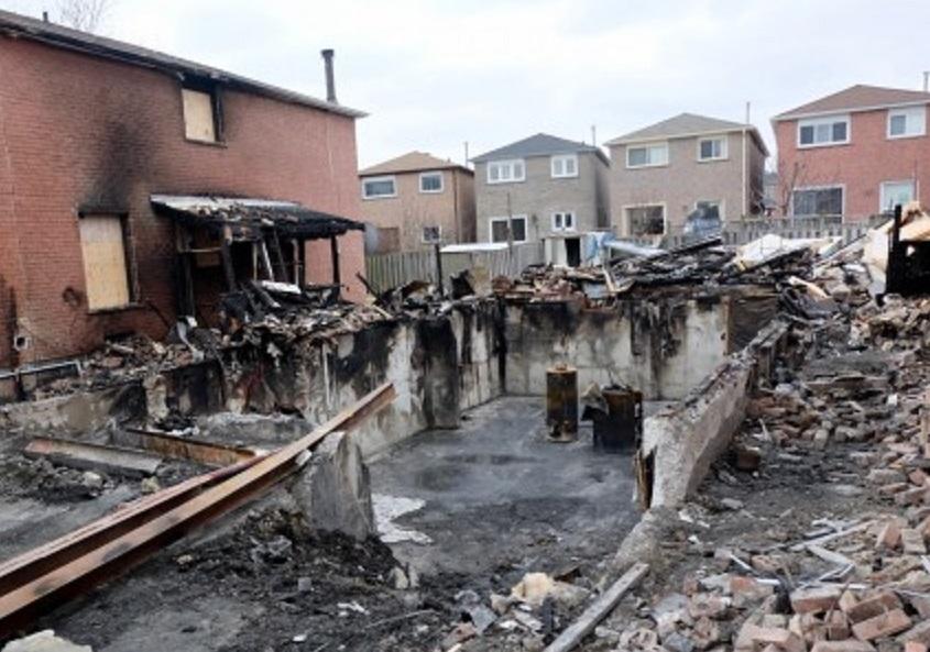 大火现场,房子被烧得面目皆非。(周月谛/大纪元)