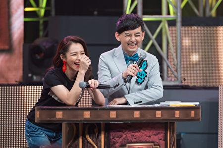 徐若瑄(左)與黃子佼在節目中。(TVBS提供)