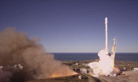 美國太空探索科技公司(SpaceX)14日成功發射並回收「獵鷹9號」火箭。(AFP PHOTO)