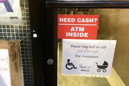 林老闆的餐館門上還專門貼了給殘疾人的溫馨提示。