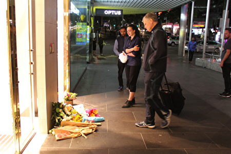 1月21日週六晚,曾在墨爾本市中心撞人案現場幫助受傷女童的年輕女子,表達哀思時淚流滿面。(Lucy Liu/大紀元)