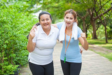 兩個適合年輕婦女面帶微笑(fotolia)