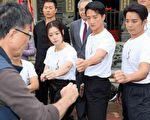 張遠榮團長(左前)現場指導李依瑾(左起)、高英軒、陳子強。(公視提供)