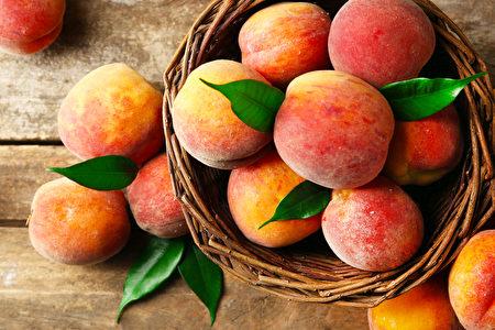 吃秋桃,防痢疾,是立秋民俗之一。(Africa Studio/Shutterstock)