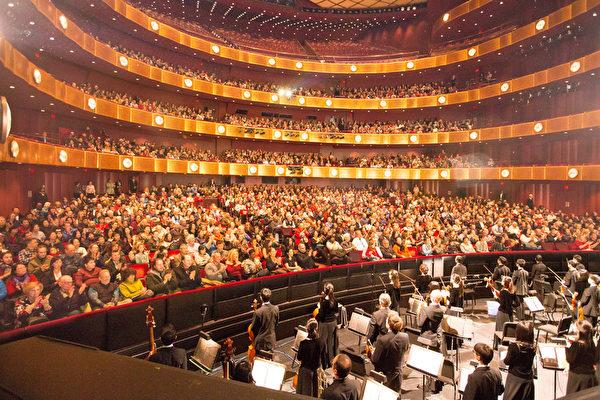 2017年1月15日周日,神韵国际艺术团在纽约林肯中心大卫寇克剧院的演出,持续爆满。(戴兵/大纪元)