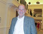 美國南卡羅來納州查爾斯頓的律師John Kern1月17日晚看完神韻演出後表示,神韻演出不僅展現了中華文化,還帶來了中華魂。(林南宇/大紀元)