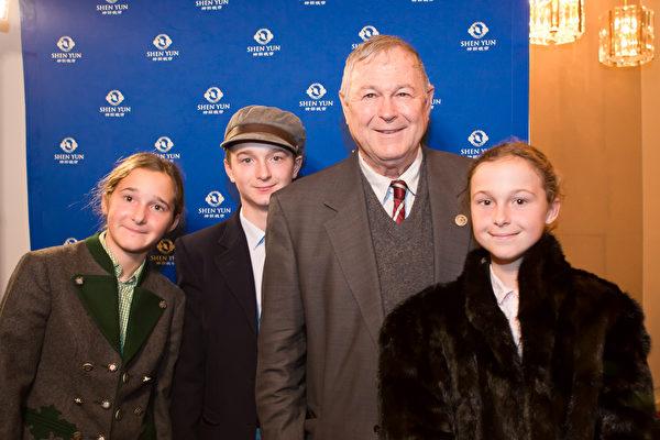 11_Congressman_DanaRohrabacher_kids_1029.JPG