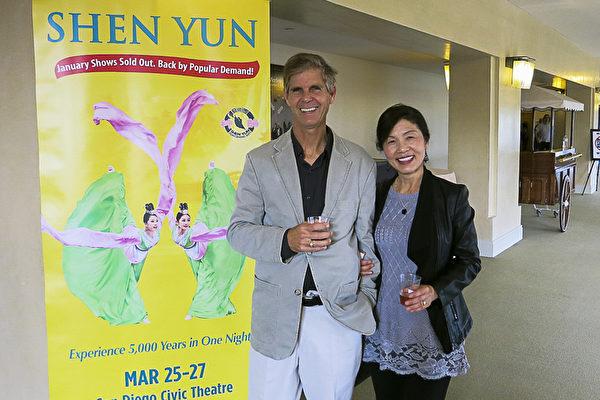 著名油画家John Modesitt和日裔太太Toshiko Modesitt观看了神韵晚会后,称其无懈可击,找不到任何破绽。(李旭生/大纪元)