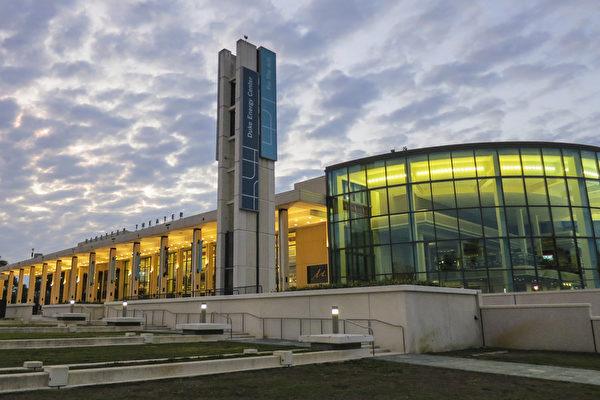 1月27日,神韻國際藝術團在佛州聖彼得堡的馬哈菲劇院杜克能源藝術中心(Mahaffey Theater Duke Energy Center for Art)進行今年在當地的首場演出。(林南宇/大紀元)