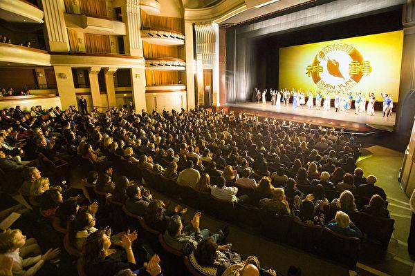 1月21日,神韻紐約藝術團在聖地亞哥加州藝術中心連續舉行了兩場演出,座無虛席,所有座位票在開演之前就已經全數售罄。主辦方說,當日為滿足在劇院等票的觀眾,還特別加座。圖為晚場謝幕照。(季媛/大紀元)