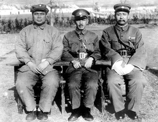 中原大戰前夕,閻錫山(右)、蔣介石(中)和馮玉祥(左)在中國國民黨會議中合影。(維基百科公有領域)