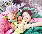客语金曲歌王罗文裕(左)和老婆抱着刚出生的女儿。(罗文裕提供)
