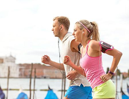 正确饮食加上运动与每日10~15分钟的日晒,充分补充维生素D,一定能拥有健康的骨质。(Fotolia)