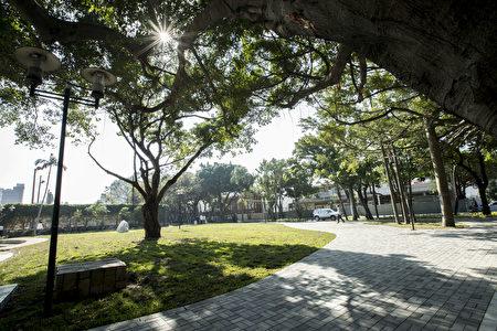 """新竹市护城河亲水公园重新整顿启用后,改善市府周遭环境,让不少民众惊呼""""市容变美了"""",市府员工还开 玩笑说,后门变量变美,""""也可以当作市府前门了""""。(新竹市政府提供)"""