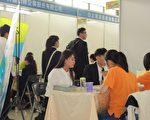 僑光科大第四年舉辦實習博覽會暨媒合活動,同學們盛裝出席爭取機會。(黃玉燕/大紀元)