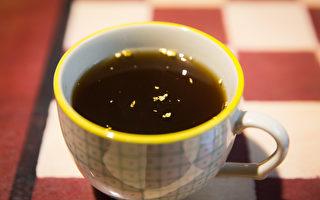 閃閃金光在濃郁的黑糖汁中搖曳點點光芒,散發高貴氛圍。(陳柏州/大紀元)