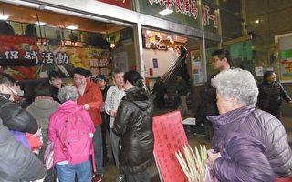 林右昌到傳統市場拜年、發紅包